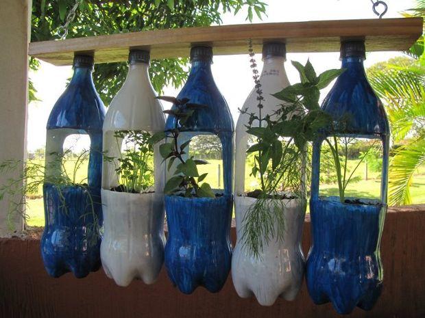 Reciclar botellas de plástico como maceteros.