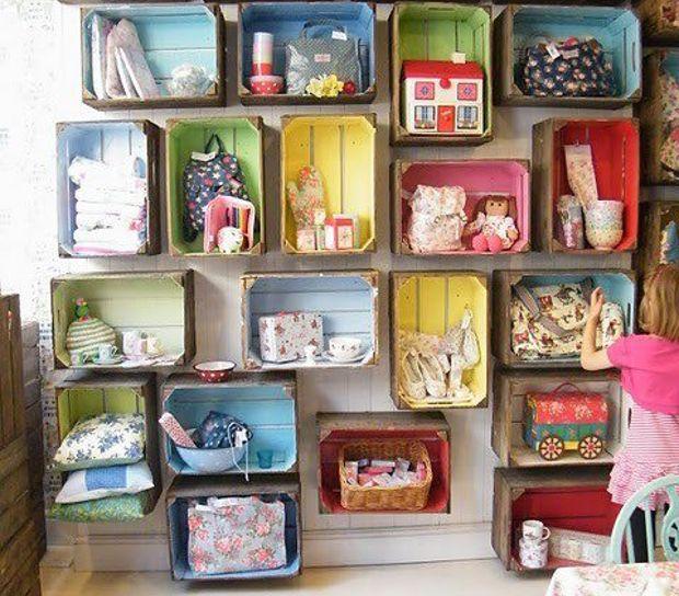 Armario - estantería con cajas de madera recicladas